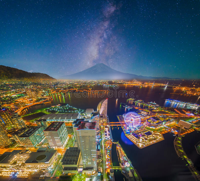 Luftnachtansicht von Yokohama-Stadtbild und -bucht bei Minato Mirai lizenzfreies stockbild