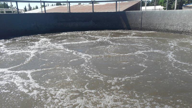 Luftningsvattenfasen i tanken vid avloppsreningsanläggningen royaltyfri fotografi