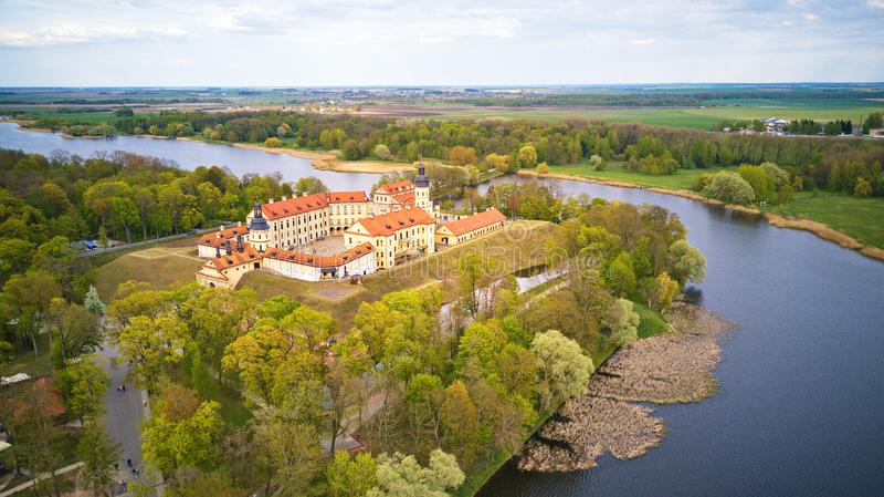 Luftpanorama des mittelalterlichen Schlosses in Nesvizh belarus stockbild