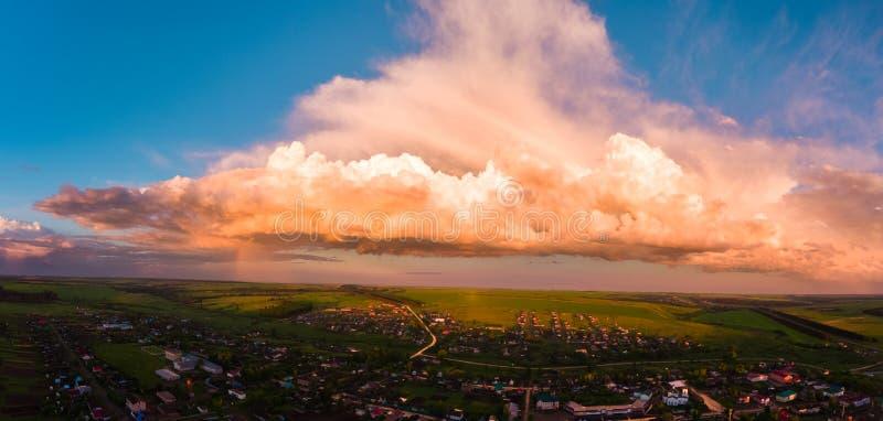 Luftpanorama des russischen Dorfs lizenzfreie stockfotos