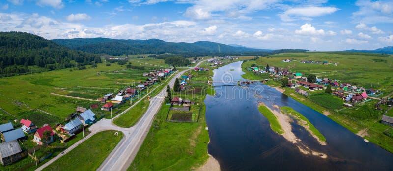 Luftpanorama des russischen kleinen Dorfs lizenzfreie stockfotografie