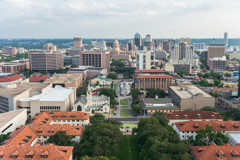 Luftpanorama von im Stadtzentrum gelegenem Austin und von Texas State Capitol From UT Austin Main Building (Turm) lizenzfreie stockfotografie