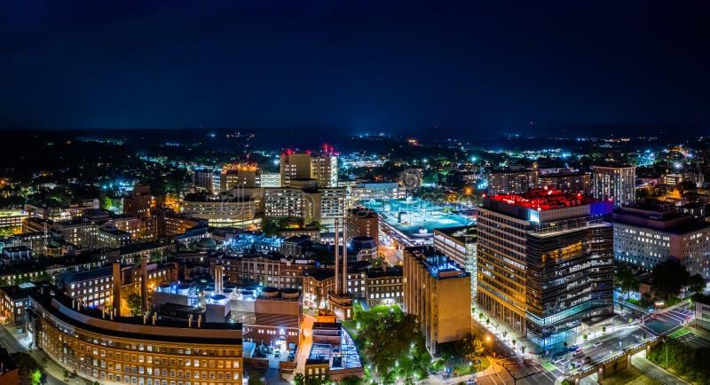 Luftpanorama von New-Haven, Connecticut bis zum Nacht stockfotos