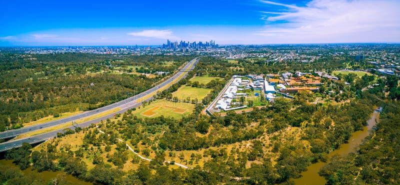 Luftpanorama von Ostautobahn- und Melbourne-CBD Wolkenkratzern am hellen Sommertag stockbild