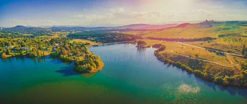 Luftpanorama von schönem See und von Landschaft bei Sonnenuntergang in Canberra, Australien lizenzfreies stockbild