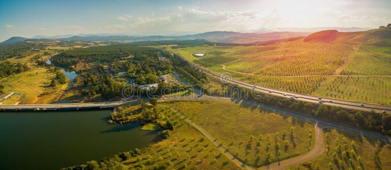 Luftpanorama von Tuggeranong-Allee überschreiten nahe nationalem Arboretum und See Burley-Greif in Canberra, Australien stockbild
