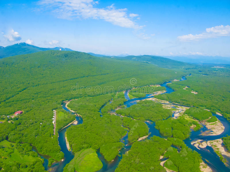 Luftpanoramaansicht zu Kamchatka-Flüssen und zu Taiga, Halbinsel Kamtschatka, Russland stockbilder