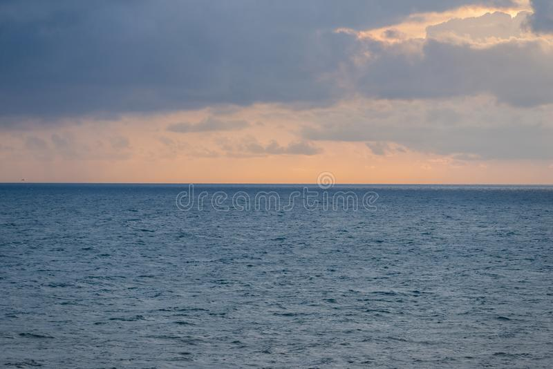 Luftpanoramablick des Sonnenuntergangs ?ber Ozean Nichts aber Himmel, Wolken und Wasser sch?nes ruhiges lizenzfreie stockbilder