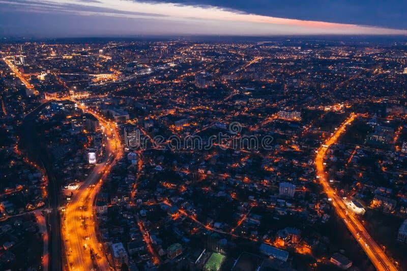 Luftpanoramablick, Flug auf Brummen ?ber Nachtstadt Voronezh mit belichteten Stra?en und hohe Geb?ude lizenzfreies stockfoto