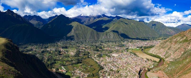 Luftpanoramablick von Stadt und von Fluss Urubamba gelegen am heiligen Tal der Inkas lizenzfreie stockfotografie
