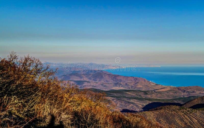 Luftpanoramalandschaft von Demerdji-Berg, Schwarzes Meer und Alushta bellen, Krim lizenzfreie stockfotos