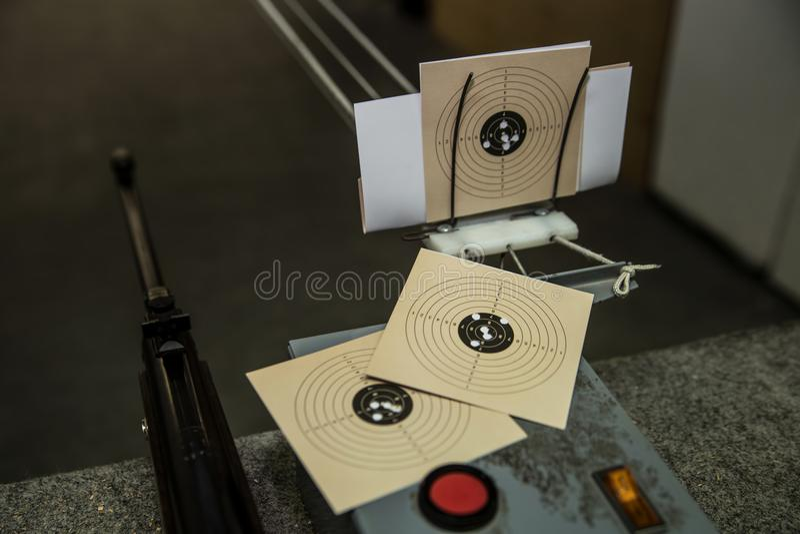 Luftpistol och tre mål med kulhål i den royaltyfri bild