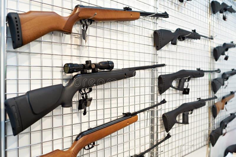 Luftpistoler på ställning shoppar in royaltyfria bilder