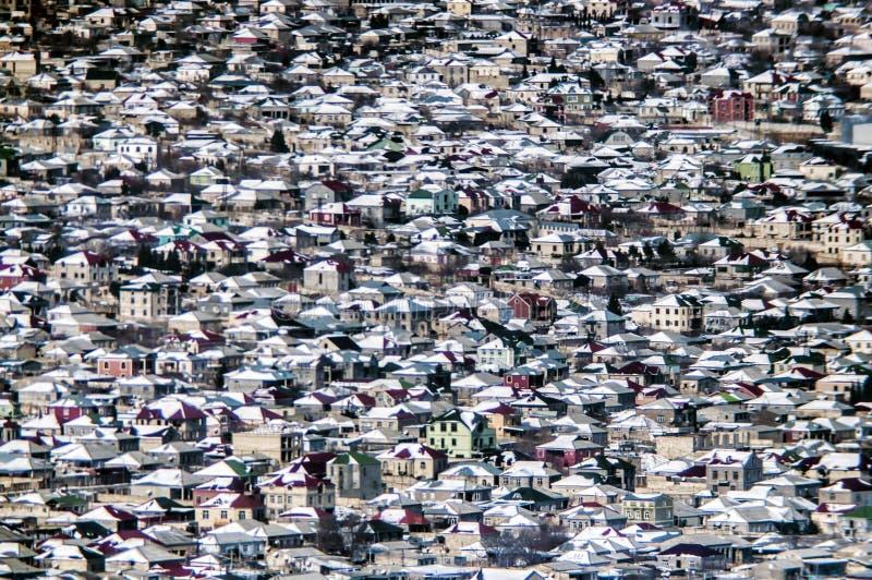 Luftschuß, der unten auf städtebaulichem Siedlungsbau - Wohnsiedlung von hauptsächlich Bungalows in Baku, Aserbaidschan schaut lizenzfreies stockfoto