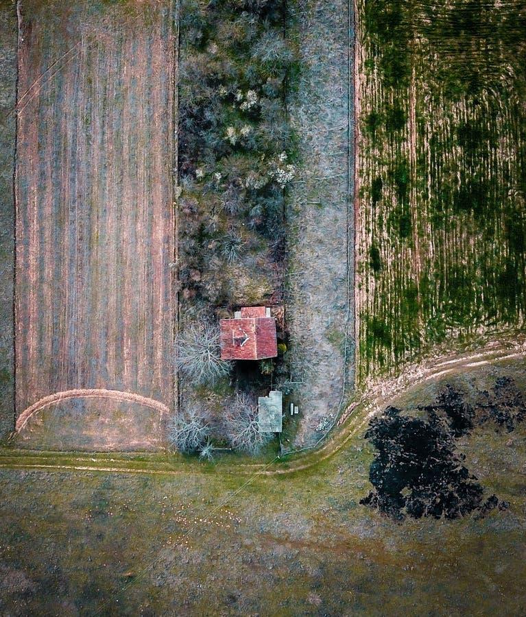 Luftschuß eines einsamen Gutshauses lizenzfreie stockfotos