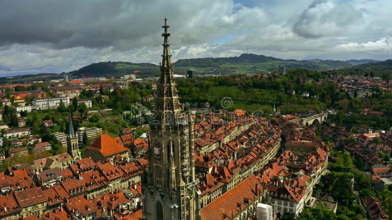 Luftschuß von Bern Minster- oder Kathedralenhelm und alte Stadt von Bern switzerland stockbilder