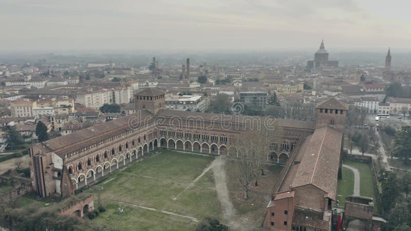 Luftschuß von Castello Visconteo oder von Visconti-Schloss in Pavia Lombardei, Italien stockbild