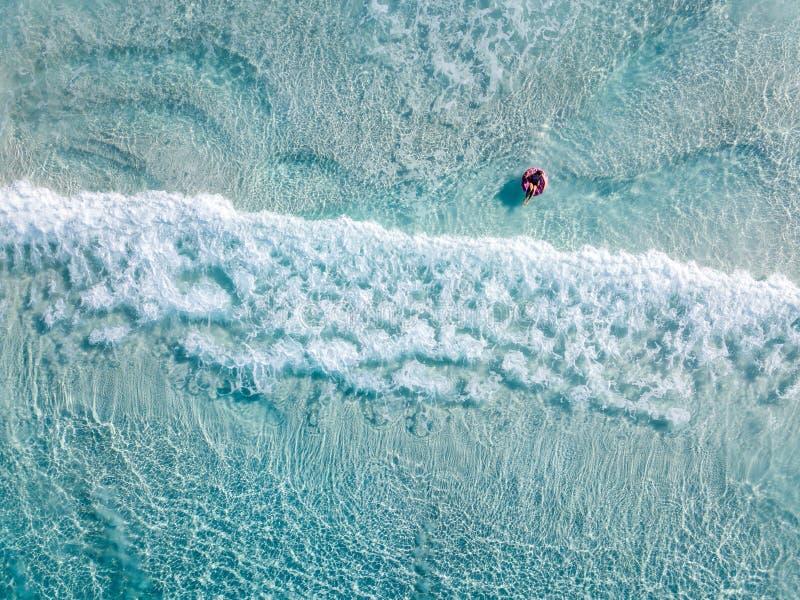 Luftschuß von Schwimmern auf einem schönen Strand mit blauem Wasser und weißem Sand stockfoto