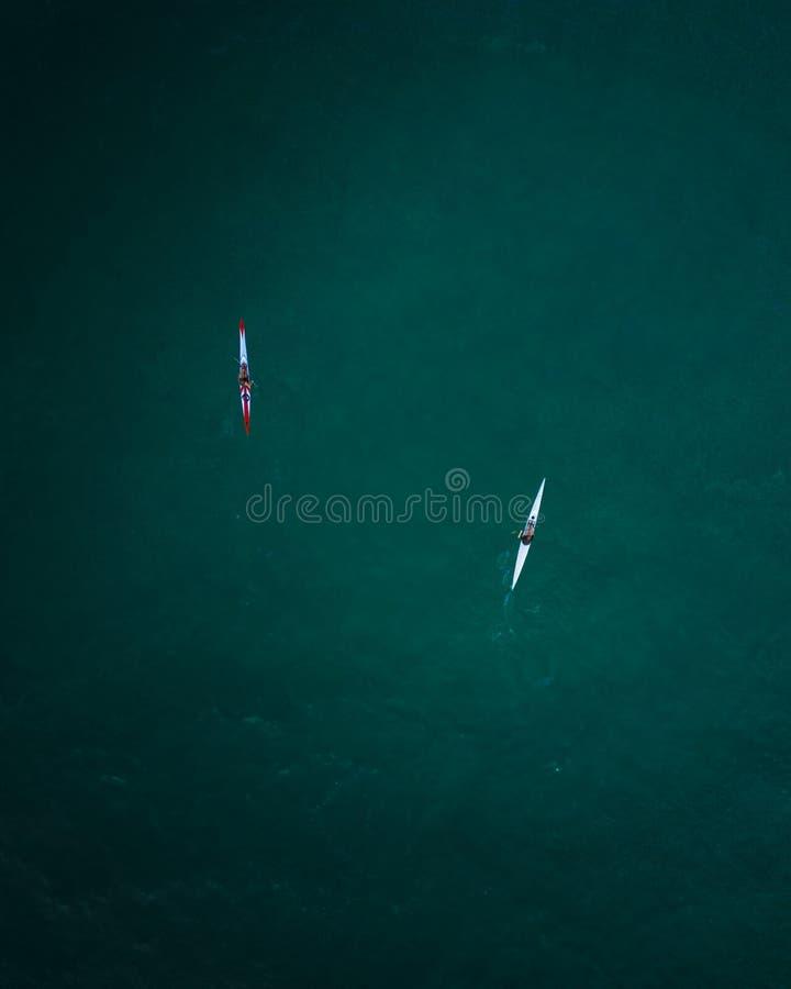 Luftschuß von zwei Kajaks, die in der hohen See kreuzen lizenzfreies stockbild