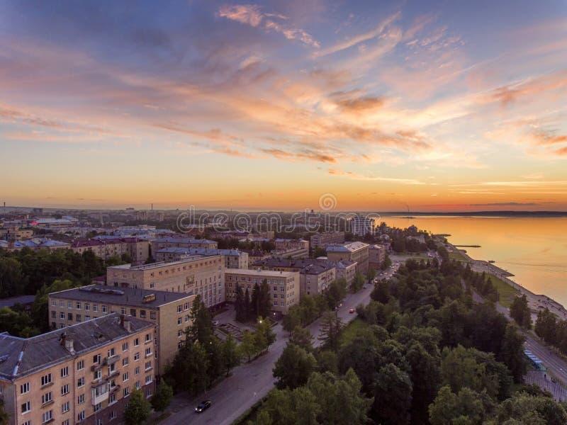 Luftseeuferstadtbildansicht an der goldenen Stunde nach Sonnenuntergang lizenzfreie stockbilder
