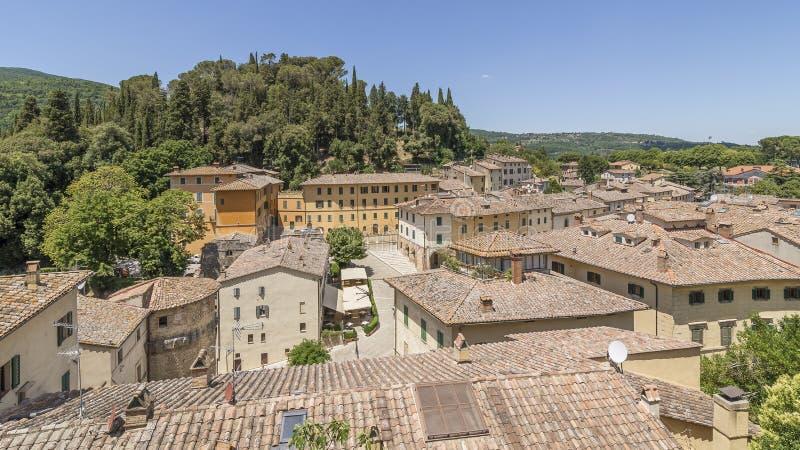 Luftsicht auf das toskanische Dorf Cetona, Siena, Italien, an einem sonnigen Tag stockbild