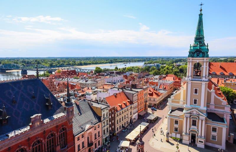 Luftsicht auf die Weichsel Wisla mit Brücke und historischen Gebäuden der mittelalterlichen Stadt Torun, Polen. August 2019 lizenzfreie stockfotografie