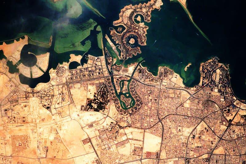 LuftSicht auf Doha, die Hauptstadt und größte Stadt des arabischen Staates Katar Satellitenansicht stockbild