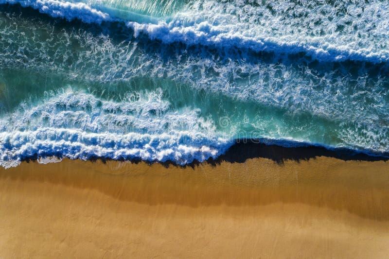 Luftsicht auf eine Welle, die am Strand von Comporta in Portugal bricht stockbild