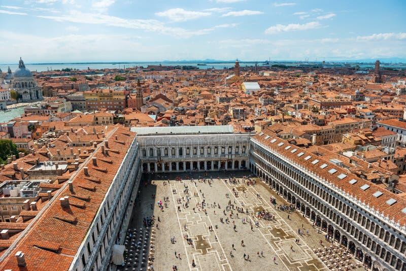 Luftsikt till den berömda San Marco fyrkanten i Venedig arkivfoton