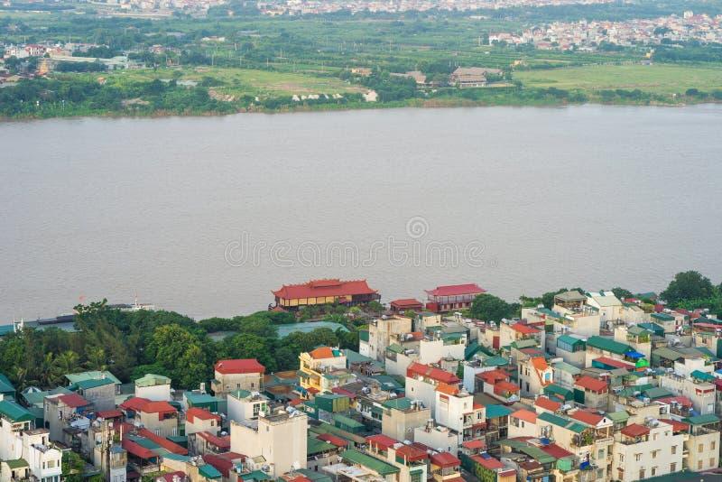 Luftskylineansicht von den Residenthäusern, die durch Red River in Bezirk Hoan Kiem, Hanoi, Vietnam bleiben stockfoto