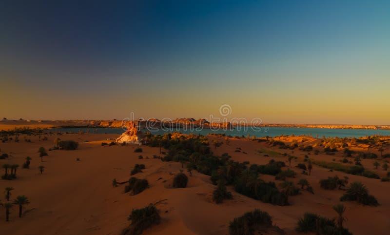 Luftsonnenaufgang Panoramablick zur Yoa Seegruppe Ounianga-kebir Seen beim Ennedi, Tschad lizenzfreie stockfotos