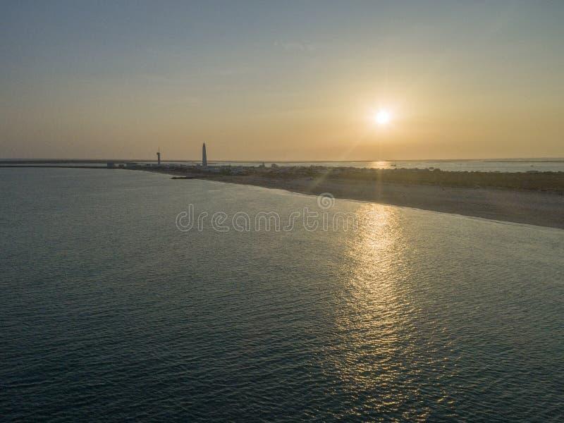 Luftsonnenuntergangansicht von ilha tun Farol-Leuchtturminsel, Portugal stockbilder