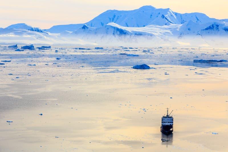 Luftsonnenuntergangoberfläche von Neco-Bucht umgeben durch Gletscher und mou stockbild
