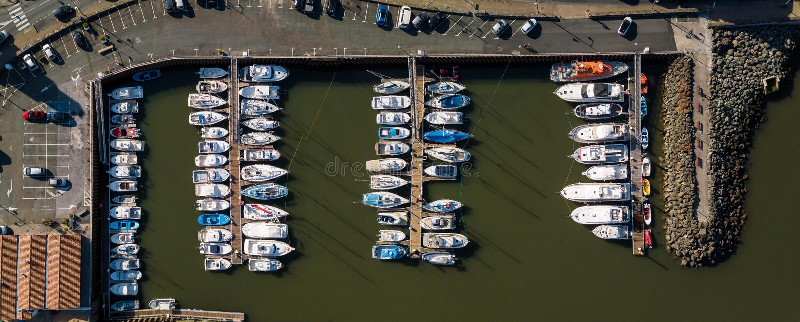 Luftspitze hinunter Bild des Jachthafens ein Dockbecken und -boote lizenzfreies stockfoto