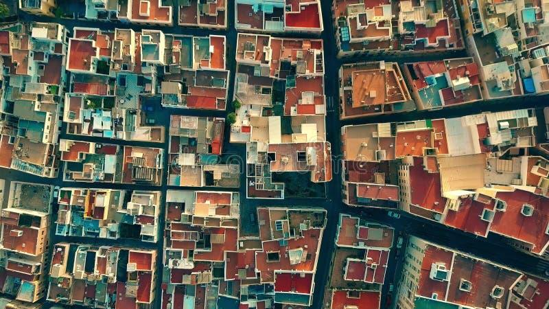 Luftspitze sehen unten zum Mosaikmuster von Wohngebietdächern an Almeria, Spanien stockfoto