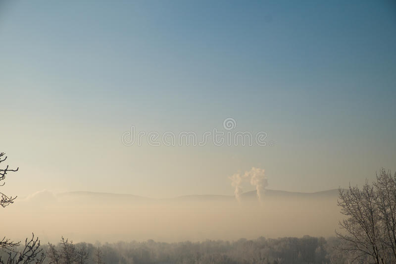 luftstad över förorening Rök från ett industriellt rör arkivfoton