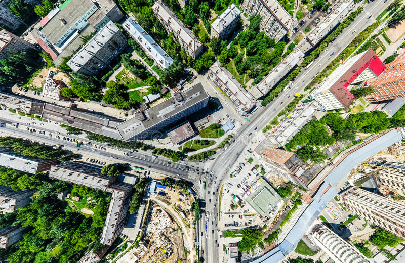Luftstadtansicht mit Kreuzungen und Straßen, Häuser, Gebäude, Parks und Parkplätze Sonniges Sommerpanoramabild stockbild