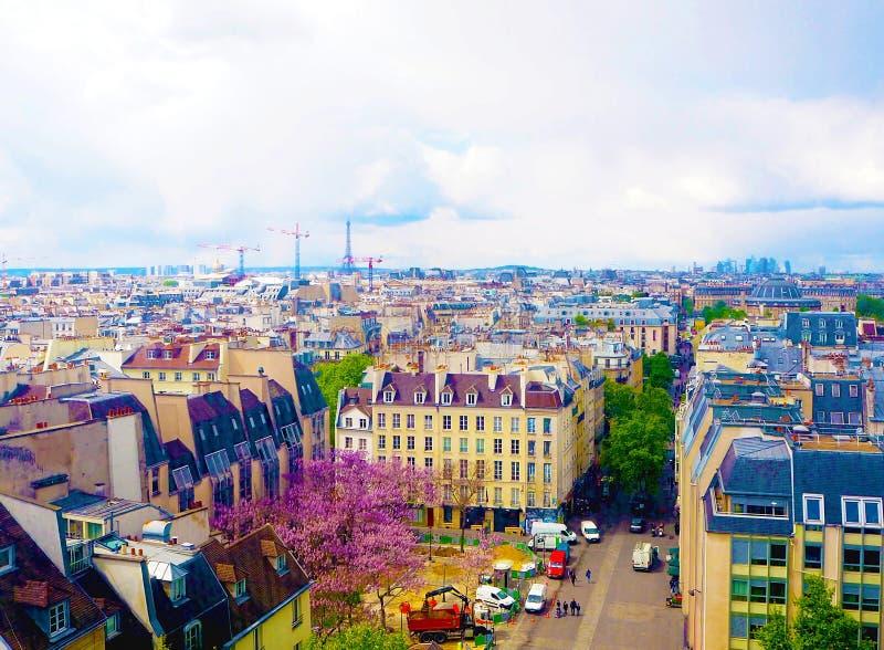 Luftstadtansicht von schönen Gebäuden auf Horizont im Frühjahr in Paris, Ansicht über Eiffelturm, Geschäftszentrum-La-Verteidigun stockfoto