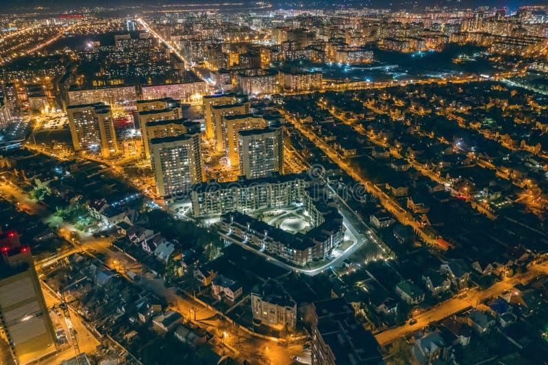 Luftstadtbildpanoramablick, Flug auf Brummen ?ber Nachtstadt Voronezh mit belichteten Stra?en und hohe Geb?ude lizenzfreies stockbild