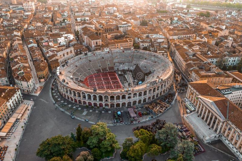 Lufttrockenaufnahme mit Sonnenaufgang im antiken römischen Amphitheater in Verona, Italien lizenzfreie stockfotografie