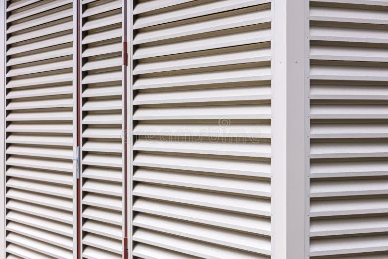 Luftventil eller slats för metallark på väggen av lagret arkivbild