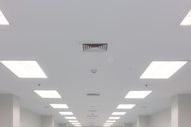 Luftventil för takbelysning och avgasrör arkivbild