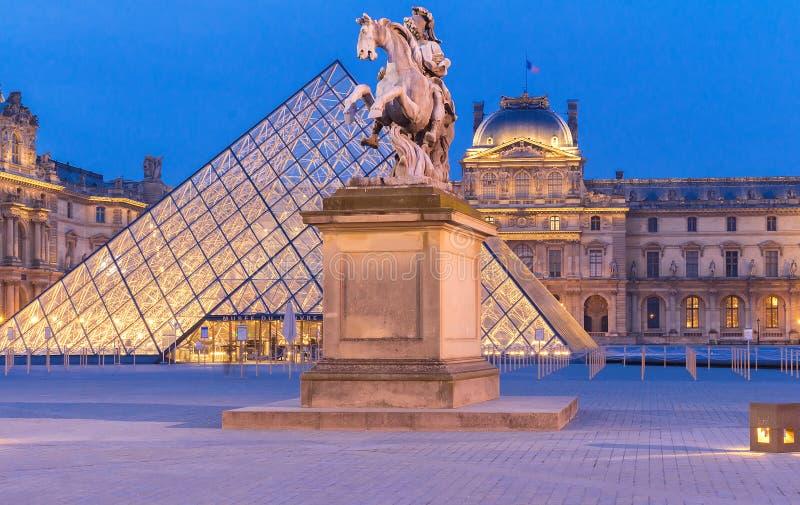 Luftventilmuseum på natten Louvre är ett av de största museerna i världen och en av de viktiga turist- dragningarna royaltyfri foto