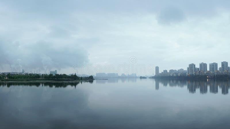 Luftverschmutzung auf der Stadt lizenzfreie stockbilder