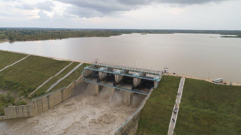 Luftvogelauge von Wasserreservoir Hochwassertore geöffnet, um Wasser bei Monsunschwemmungen vom Staudamm in Richur, Indien, freiz stockfoto