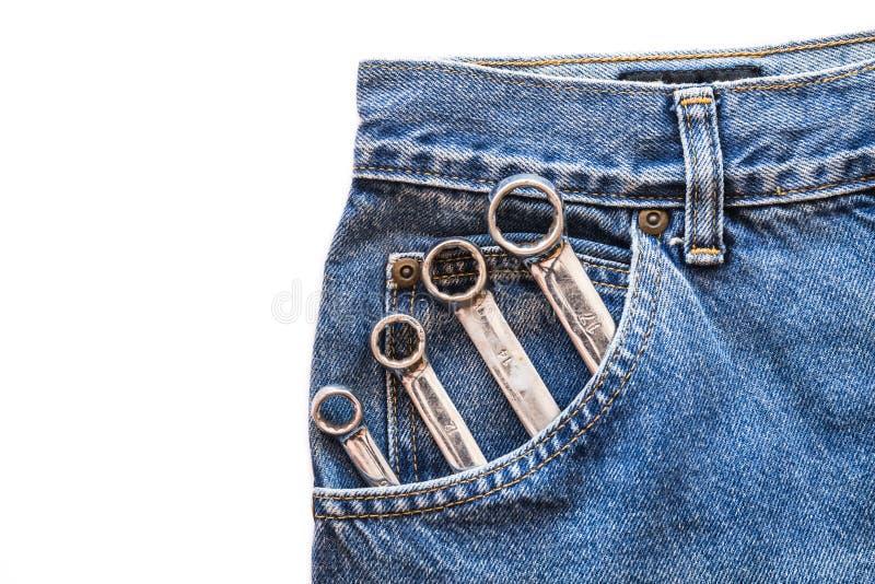 Lug χρωμίου κλειδί στην μπροστινή τσέπη τζιν παντελόνι απομονωμένο στο λευκό υπόβαθρο στοκ φωτογραφία