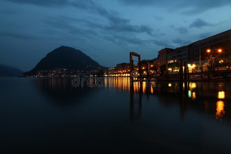 Lugano lakefront vid natt fotografering för bildbyråer