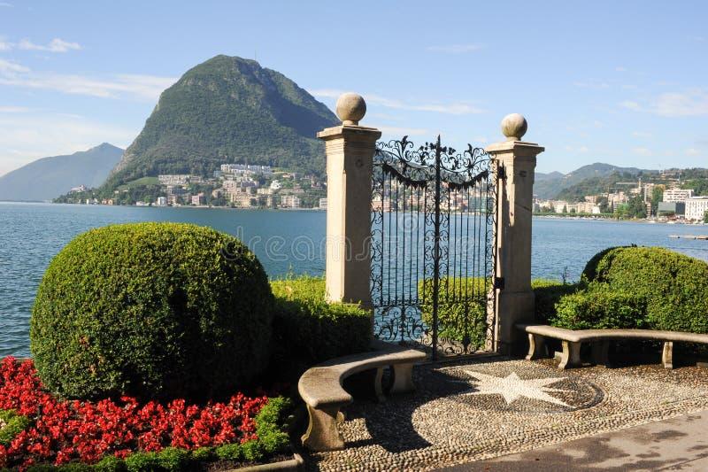 Lugano Schweiz - sikt av golfen från botaniska trädgården royaltyfria foton