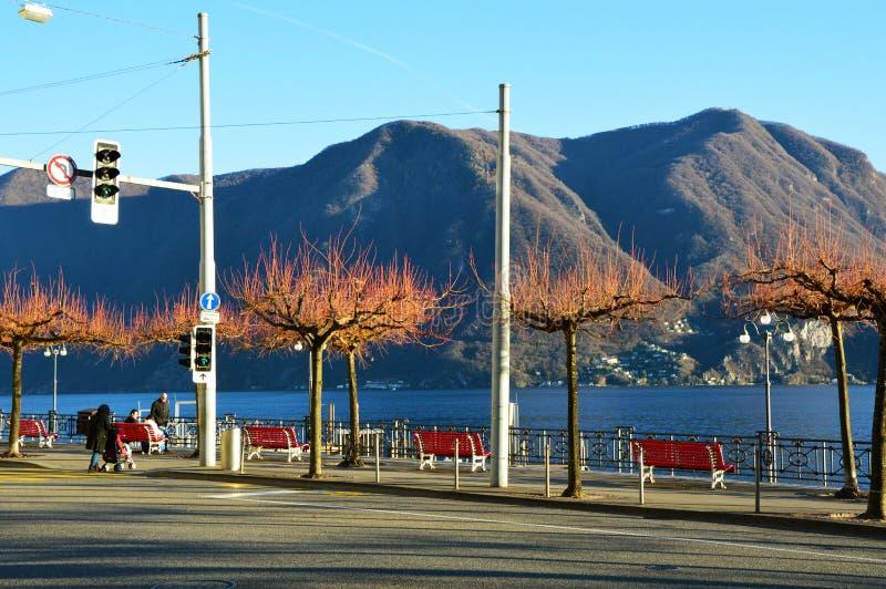 LUGANO, SUIZA - 27 DE NOVIEMBRE DE 2017: Opinión asombrosa del otoño invierno del frente del lago de Lugano con los árboles hermo fotografía de archivo