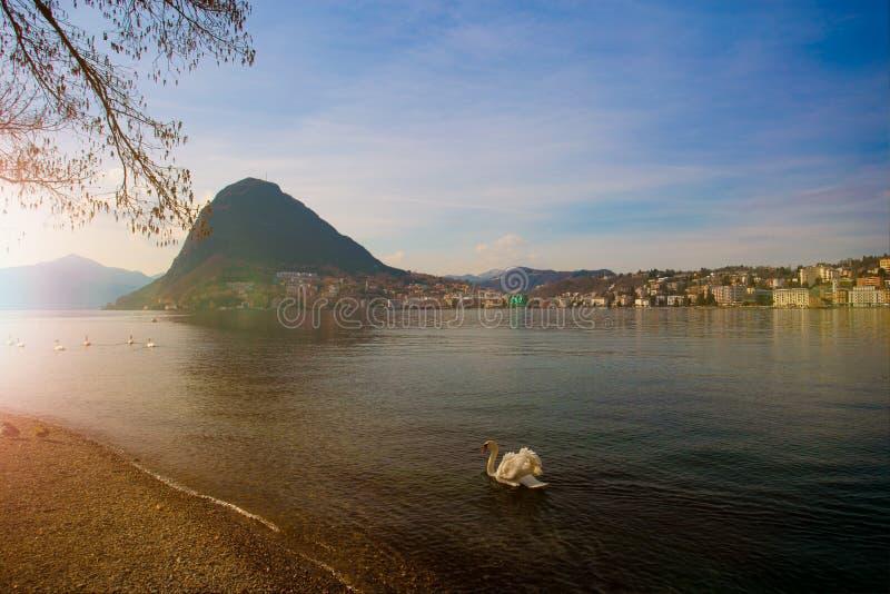 Lugano Switzerland Vista no mar Lugano, na cidade e na montanha de San Salvatore imagem de stock